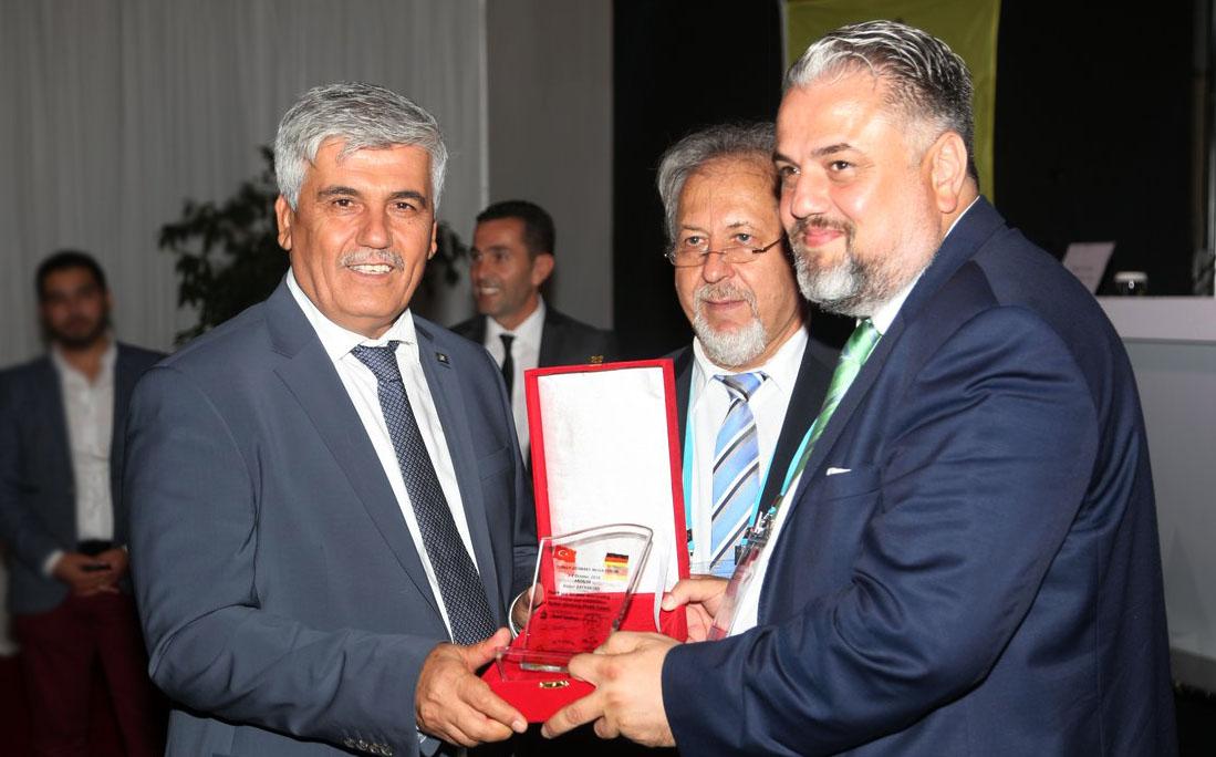 Prof. Dr. Ramazan Çalık, Bülent Bayraktar'a teşekkür plaketi takdim etti
